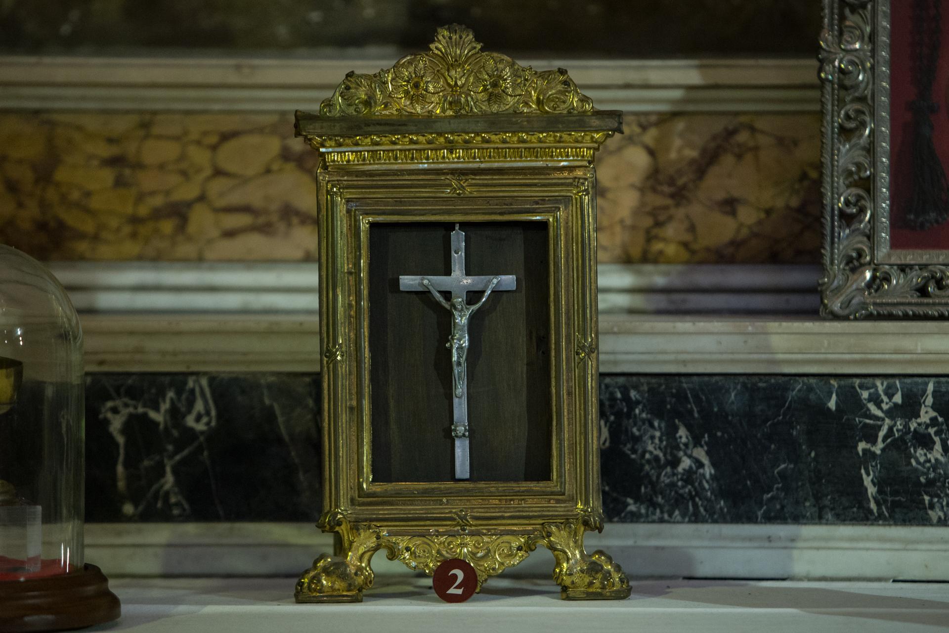 Croce distribuita clandestinamente in Albania